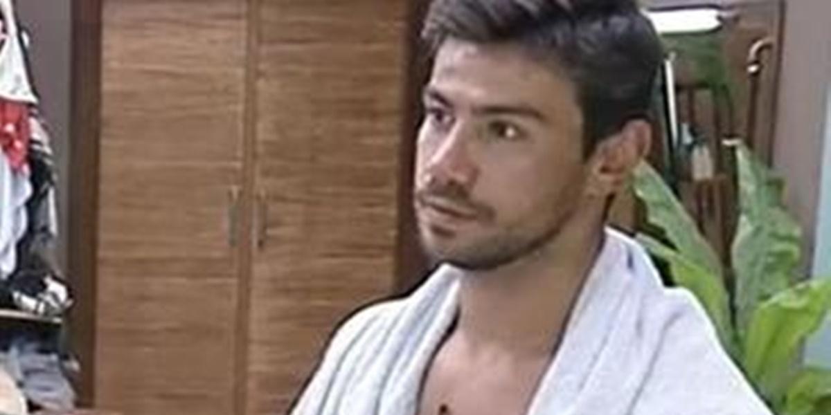 Mariano surgiu apenas de sunga na cozinha de A Fazenda e levou público ao delírio (Foto: Reprodução)