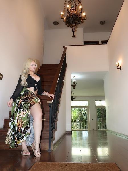 Mulher Pera exibindo a sua mansão (Foto: Reprodução)