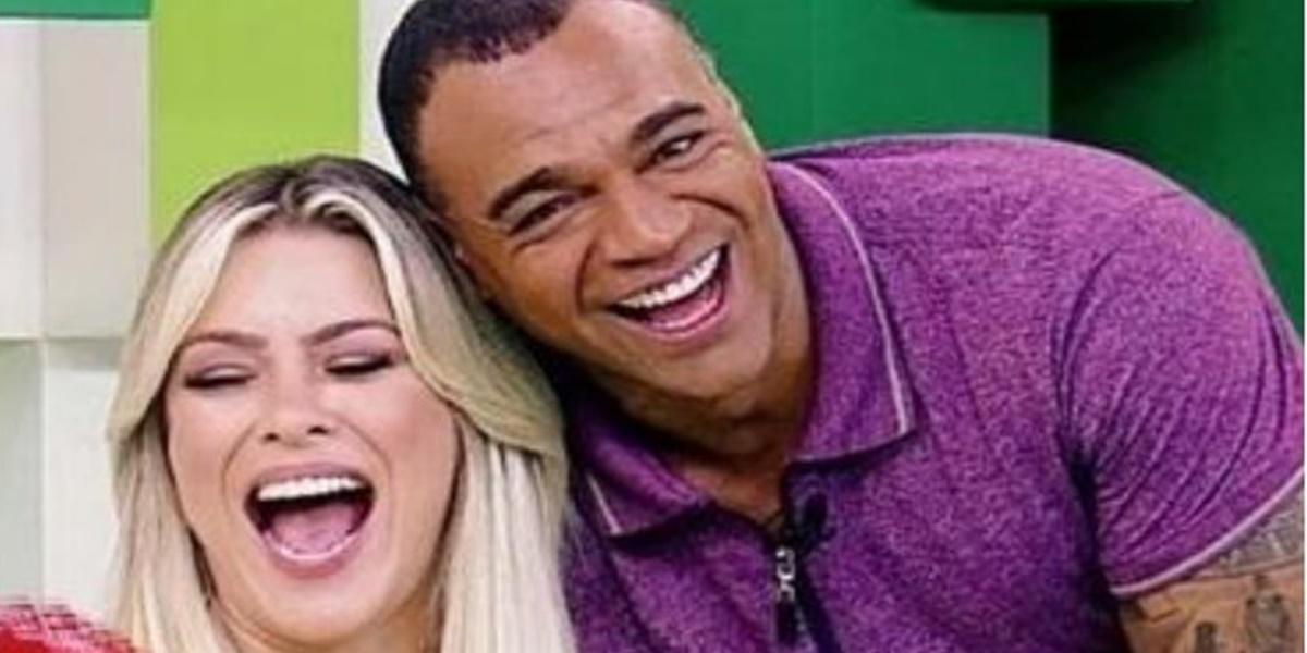 Renata Fan e Denilson vivem intimidade nos bastidores da Band (Foto: Reprodução)