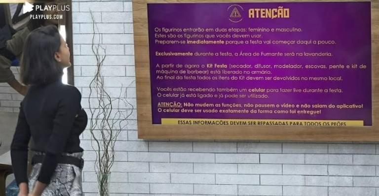 Peões recebem celular e informações sobre festa - (Reprodução/Record TV)