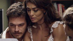 Bibi (Juliana Paes) e Rubinho (Emílio Dantas) se desesperam ao ficar no olho da rua em A Força do Querer (Foto: Reprodução/Globo)