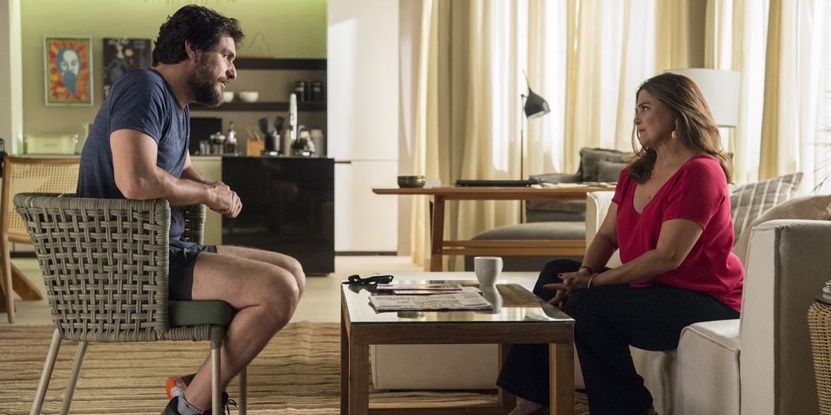 Caio (Rodrigo Lombardi) e Aurora (Elizangela); ela revela que a situação de Bibi é calamitosa (Foto: Globo/Estevam Avellar)