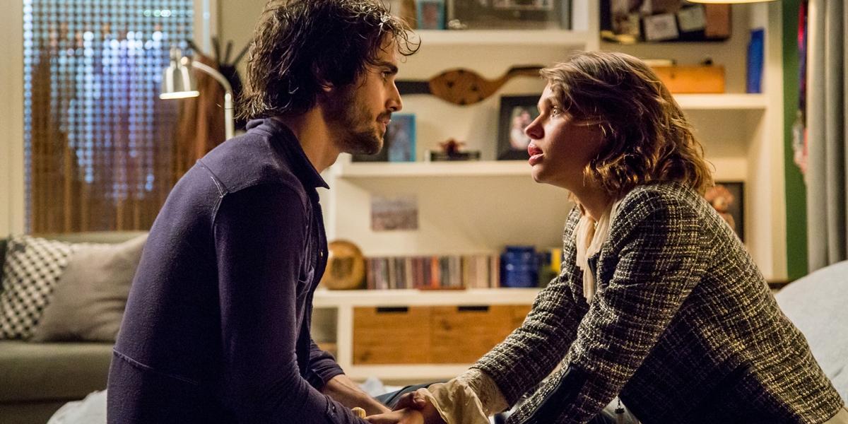 Ruy (Fiuk) conta para Cibele (Bruna Linzmeyer) que Ritinha (Isis Valverde) está grávida em A Força do Querer (Foto: Globo/Paulo Belote)