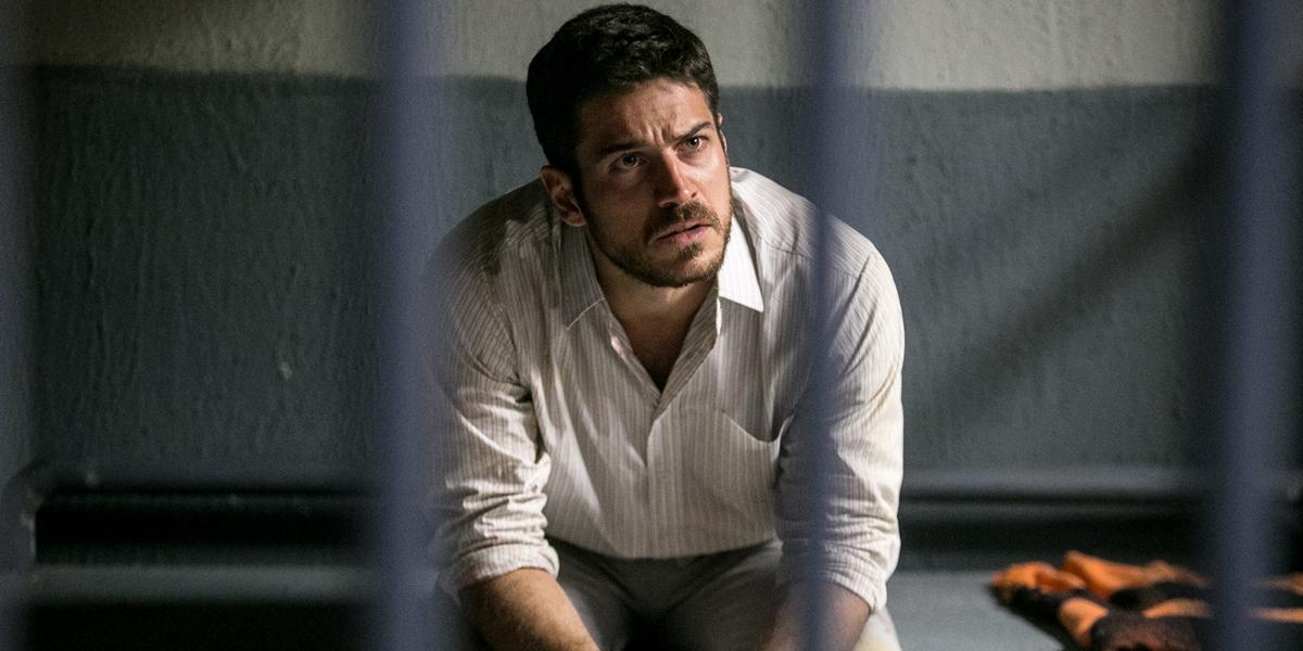 Zeca (Marco Pigossi) é preso após atirar em barqueiro em A Força do Querer (Foto: Globo/Raquel Cunha)
