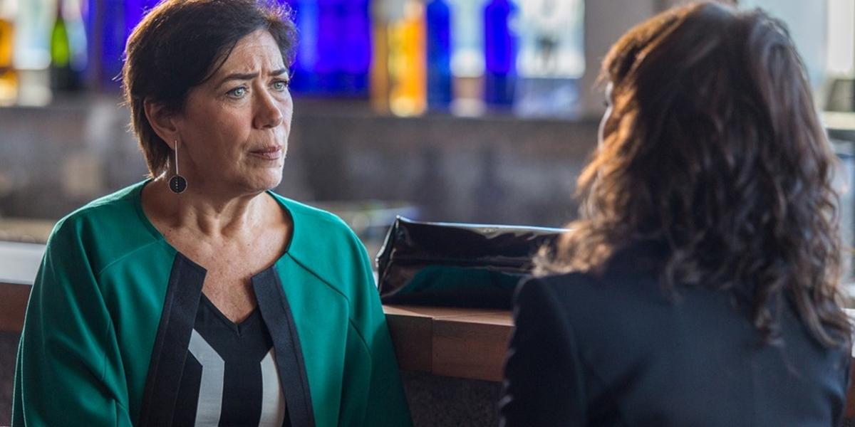 Silvana (Lilia Cabral) fica chocada com ameaça de Irene (Débora Falabella) em A Força do Querer (Foto: Artur Meninea/Globo)