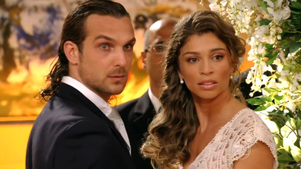 Casamento de Alberto e Ester é atrapalhado em Flor do Caribe