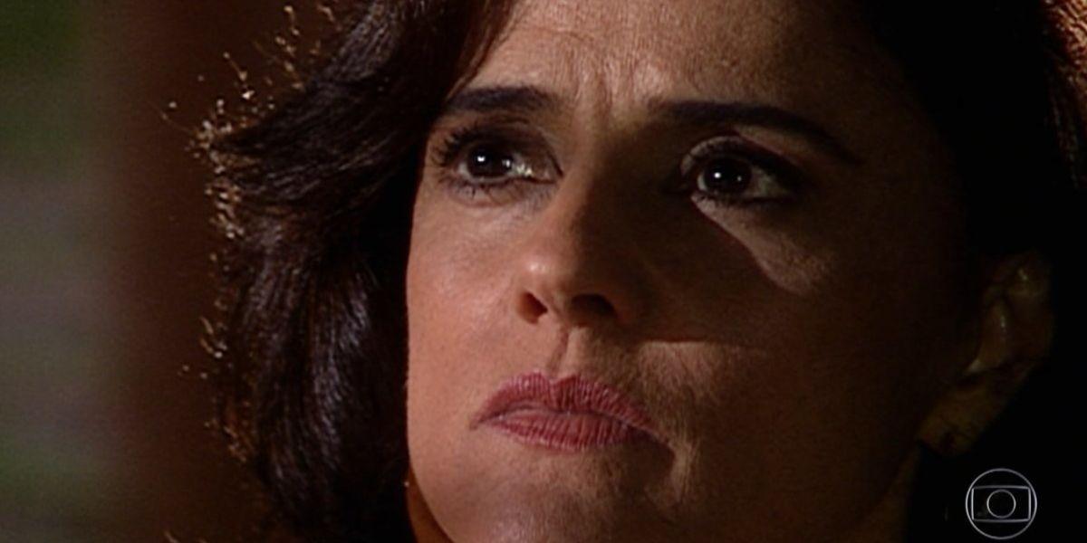 Na imagem de Laços de Família um close no rosto de Alma, mulher branca dos olhos e cabelos castanhos com expressão de raiva