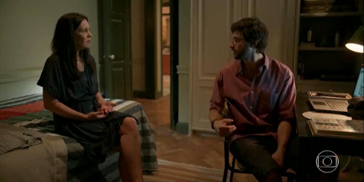 Thelma (Adriana Esteves) e Danilo (Chay Suede) em cena de Amor de Mãe (Foto: Reprodução/Globo)