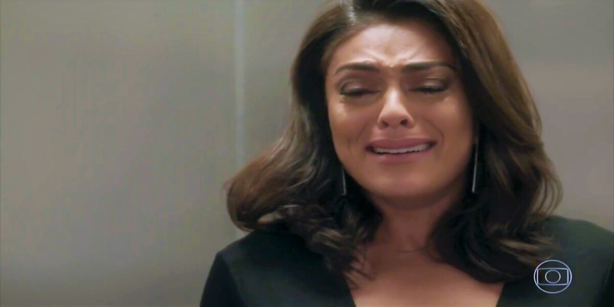 Na imagem Carolina de Totalmente Demais chora encostada em parede