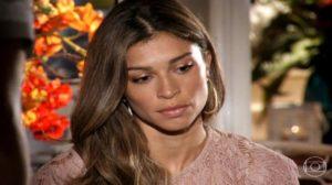 Ester está triste de cabeça abaixada em cena de Flor do Caribe