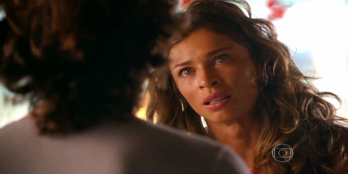 Ester tem expressão indignada em cena de Flor do Caribe