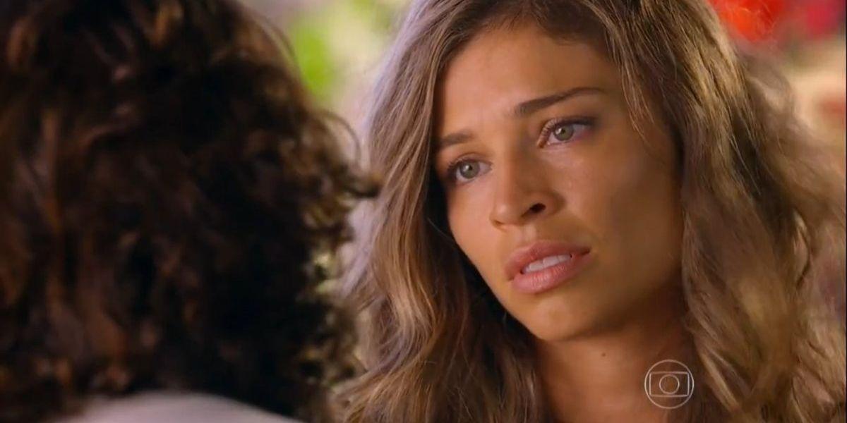 Imagem mostra close no rosto de Ester da novela Flor do Caribe, mulher branca de cabelos loiros ondulados e olhos claros com expressão de preocupação