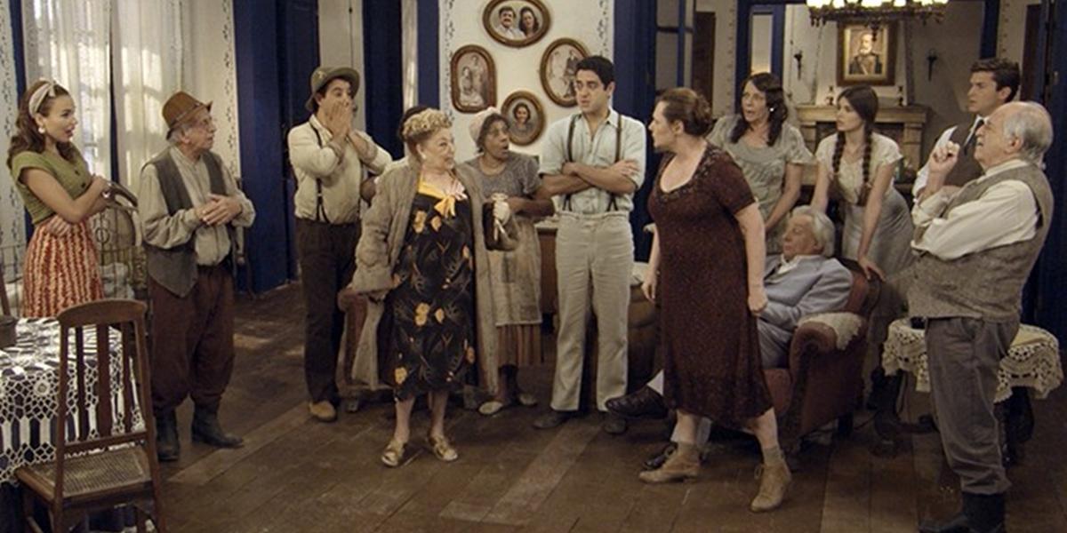Cunegundes (Elizabeth Savala) e Paulina (Suely Franco) se reconhecem e trocam farpas (Foto: Reprodução/Globo)