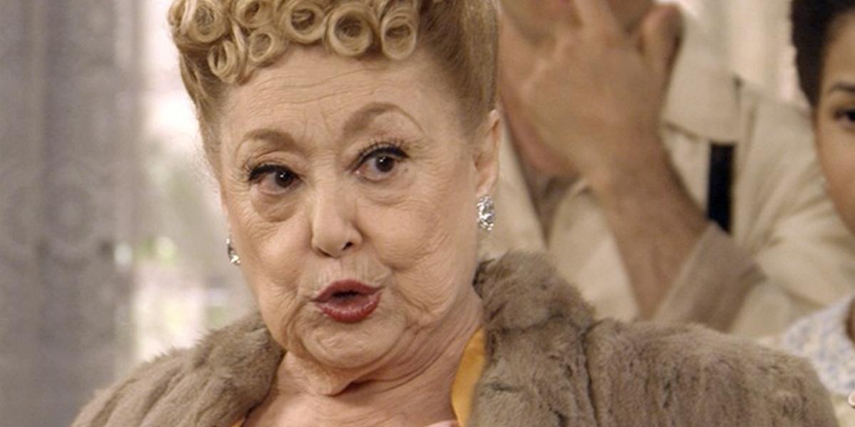 Paulina (Suely Franco) revela o passado de Cunegundes (Elizabeth Savala) em Eta Mundo Bom (Foto: Reprodução/Globo)