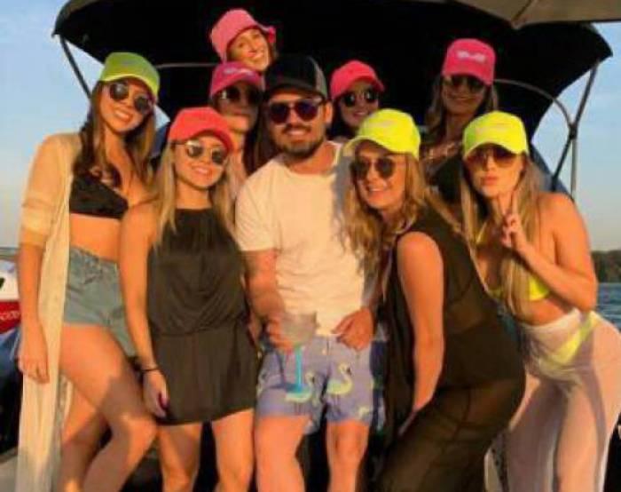 Fernando fez passeio de barco rodeado de várias mulheres (Foto: Reprodução)