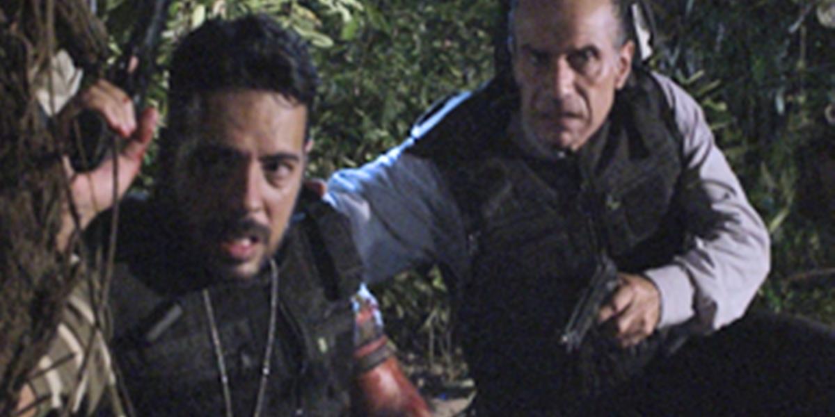 Policiais em perseguição contra Ferdinand (Carlos Machado) em Fina Estampa (Foto: Reprodução/Globo)
