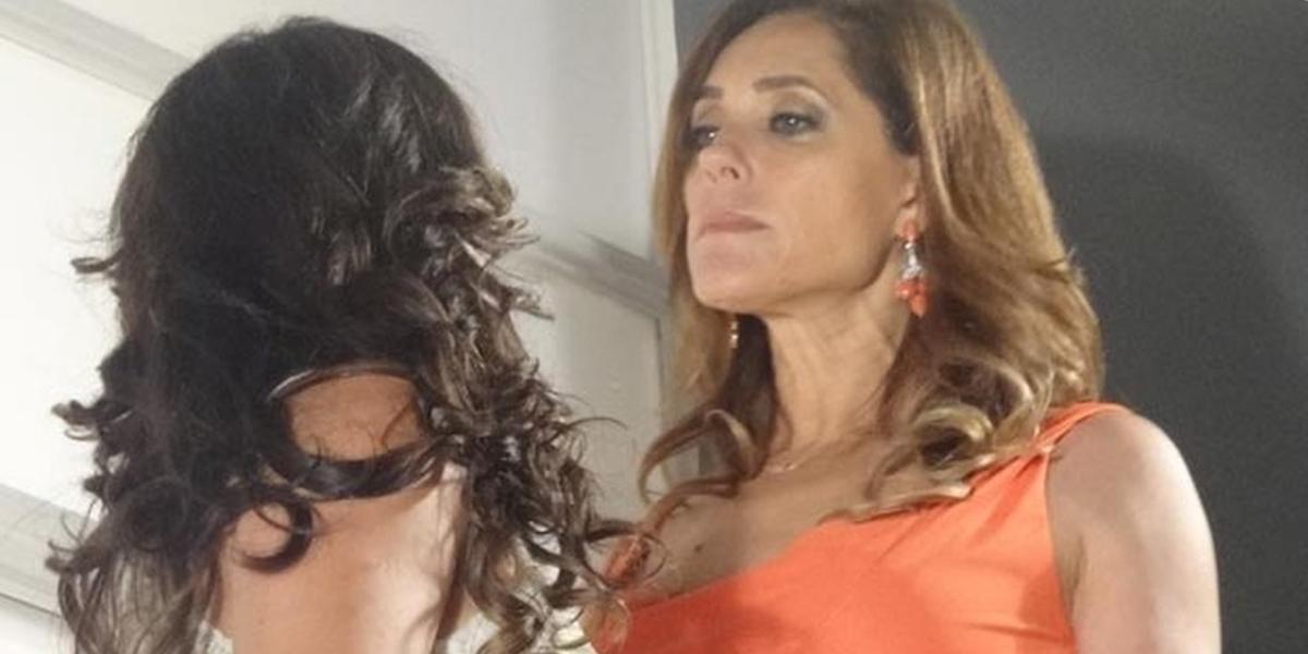 Tereza Cristina (Christiane Torloni) tentará empurrar Patrícia (Adriana Birolli) da escada em Fina Estampa (Foto: Reprodução/Globo)