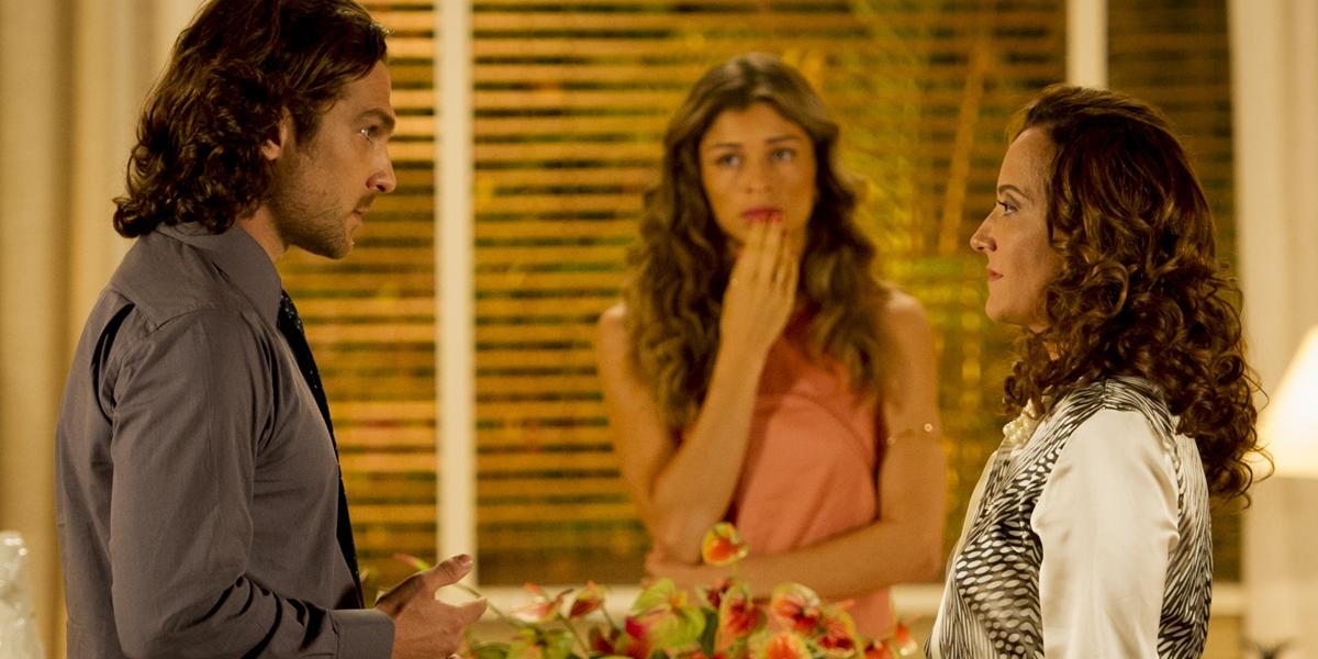 Alberto (Igor Rickli) despreza Guiomar (Claudia Netto) e deixa Ester (Grazi Massafera) chocada em Flor do Caribe (Foto: Globo/João Cotta)