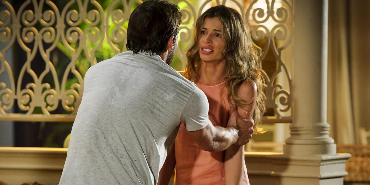 Cassiano (Henri Castelli) em reencontro com Ester (Grazi Massafera) em Flor do Caribe (Foto: Globo/Alex Carvalho)