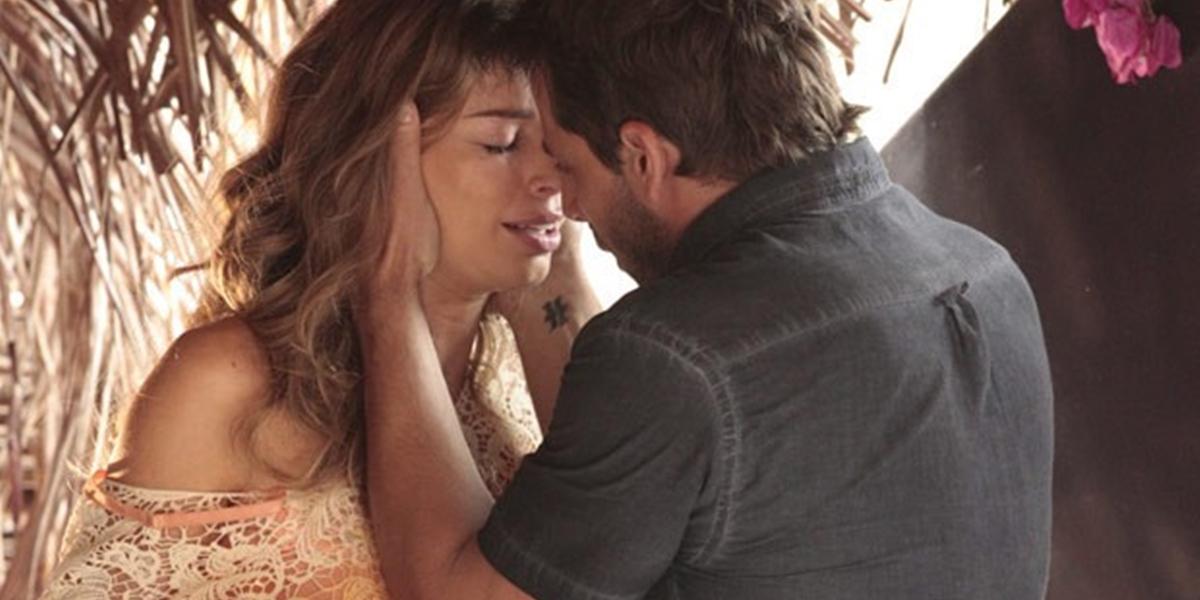 Ester (Grazi Massafera) e Cassiano (Henri Castelli) se beijam em Flor do Caribe (Foto: Reprodução/Globo)