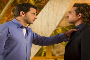 Alberto (Igor Rickli) é confrontado por Cassiano (Henri Castelli) em Flor do Caribe