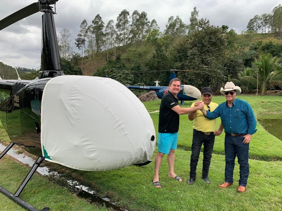Helicóptero usado pela dupla Gino & Geno (ao fundo), em foto de 2019 publicada em rede social da dupla — (Foto: Reprodução/Redes sociais)