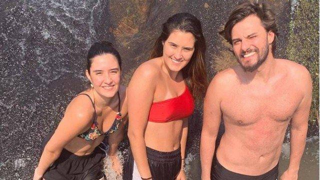 Hugo Bonemer foi curtir uma cachoeira com as filhas de seu primo, William Bonner (Foto: Reprodução)