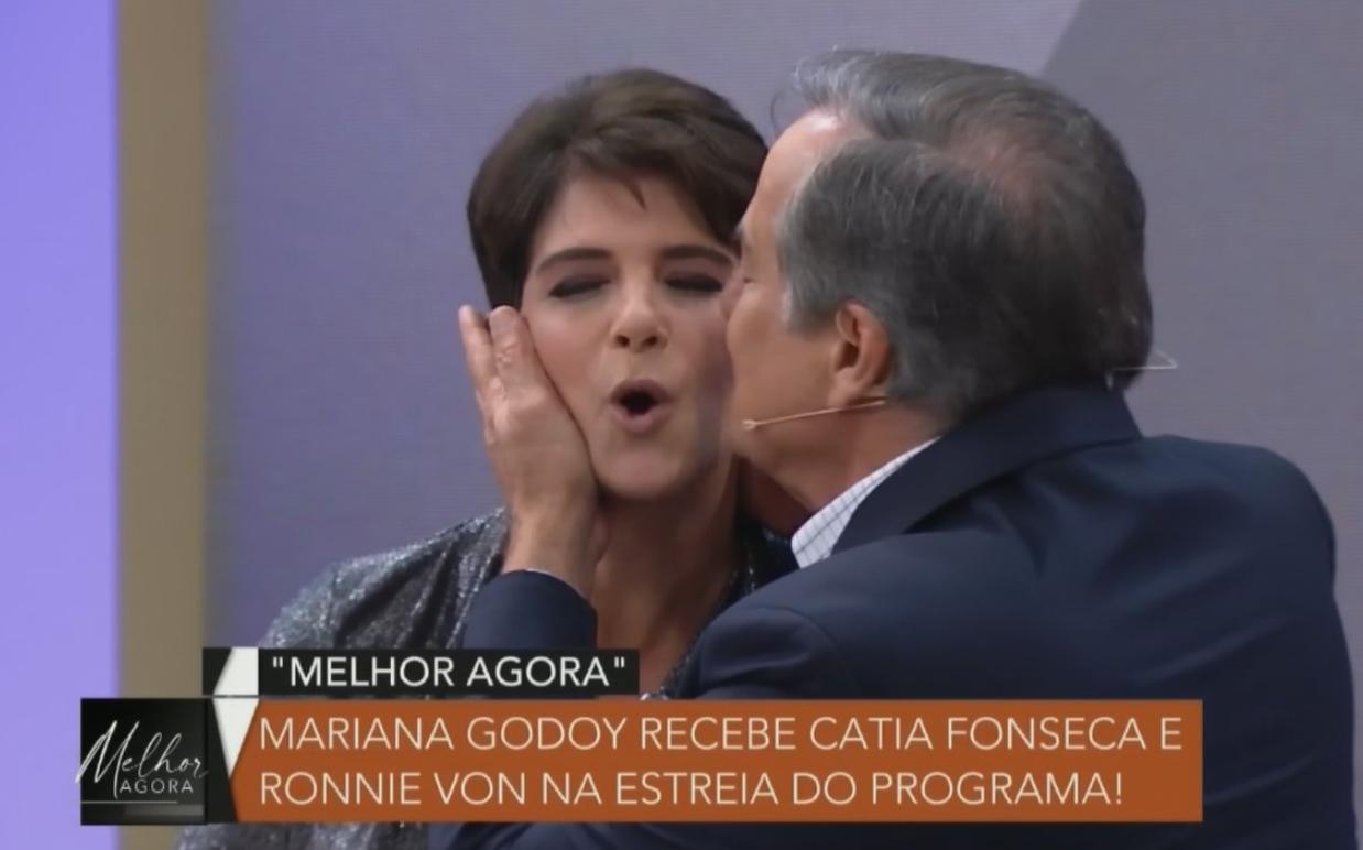 Mariana Godoy leva beijo de Ronnie Von (Foto: Reprodução)