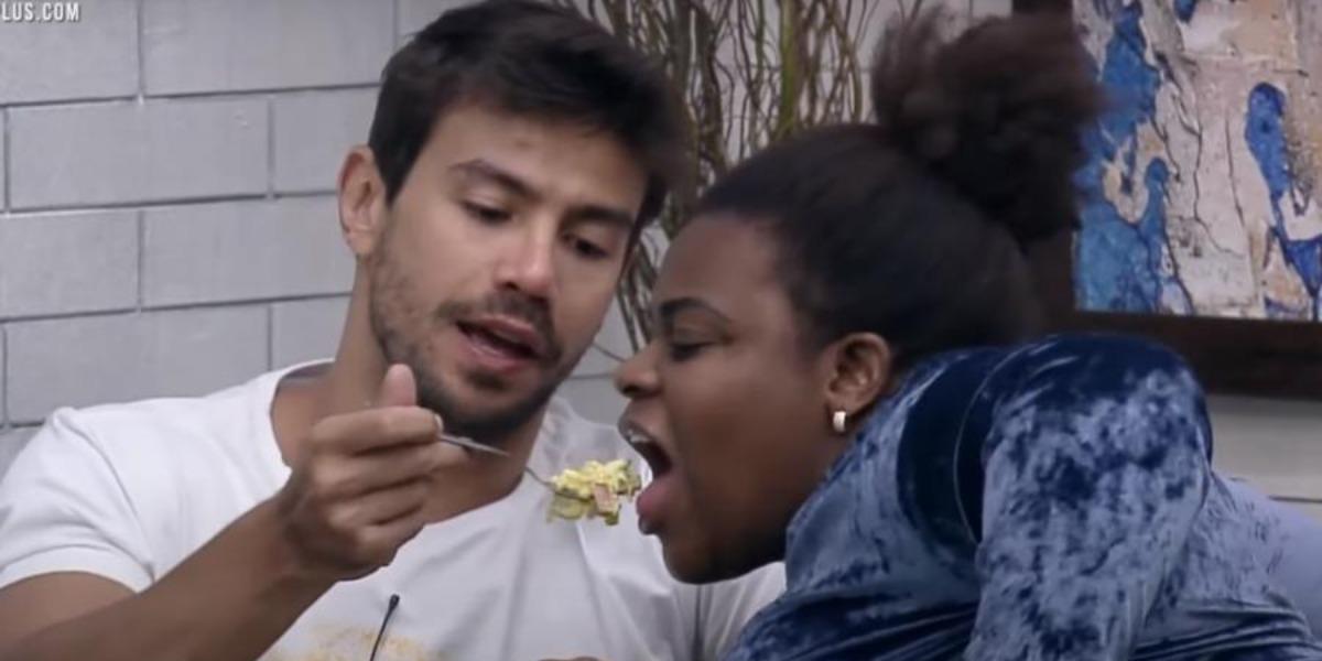 Mariano dando comida para Jojo Todynho (Foto: Reprodução)