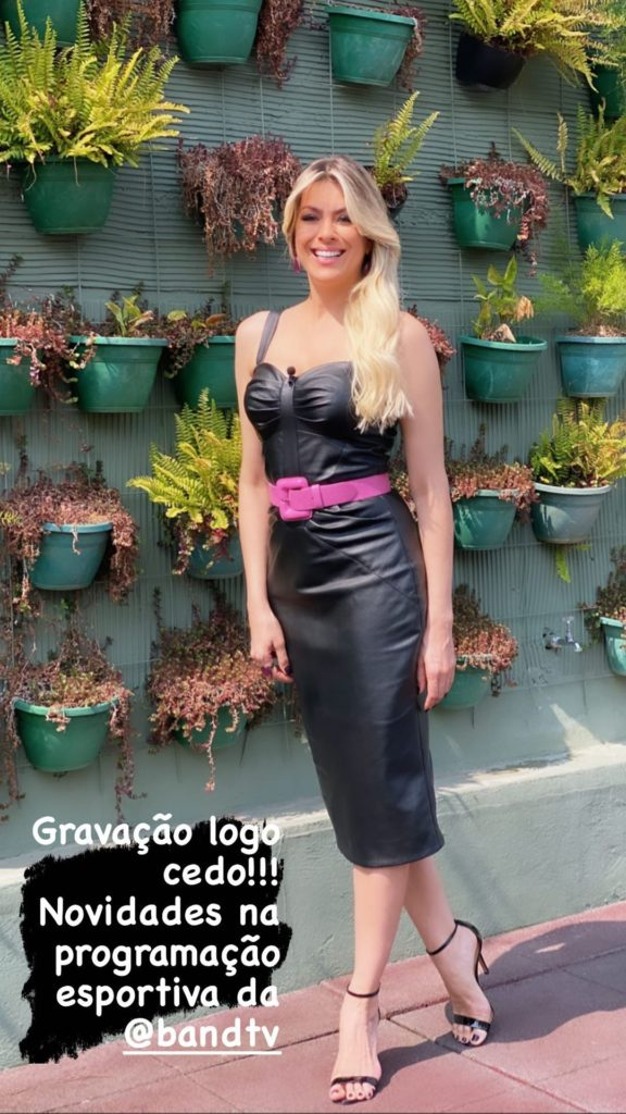 Renata Fan com vestido todo de couro (Foto: Reprodução)