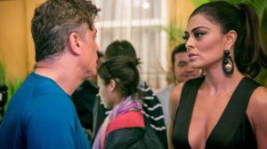 Carolina (Juliana Paes) fica destroçada ao saber que Arthur (Fábio Assunção) vai viajar com Eliza (Marina Ruy Barbosa) em Totalmente Demais (Foto: Globo/Paulo Belote)