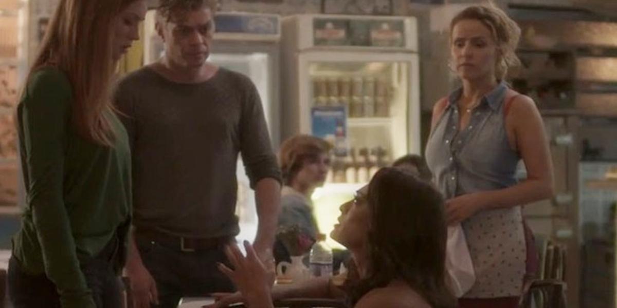 Carolina (Juliana Paes) se rasteja pelo perdão de Eliza (Marina Ruy Barbosa) em Totalmente Demais (Foto: Reprodução/Globo)