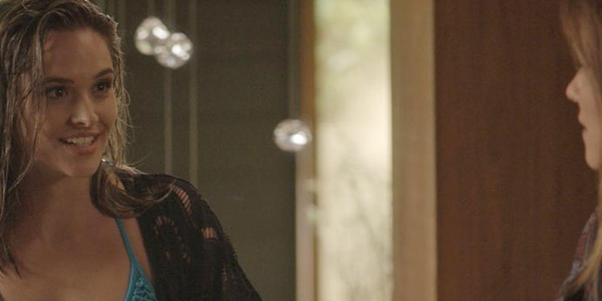 Cassandra (Juliana Paiva) descobre segredo de Lili (Vivianne Pasmanter) em Totalmente Demais (Foto: Reprodução/Globo)