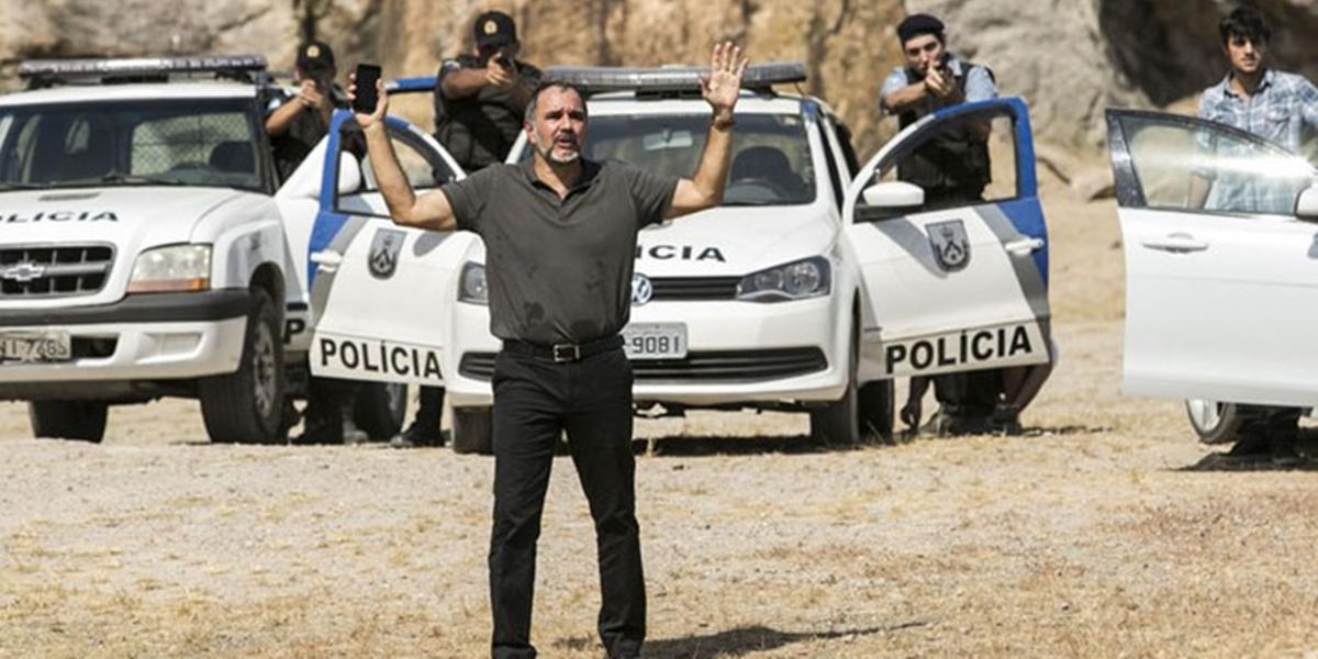 Germano (Humberto Martins) fica como refém no lugar de Eliza (Marina Ruy Barbosa) em Totalmente Demais (Foto: Raphael Dias/Globo)
