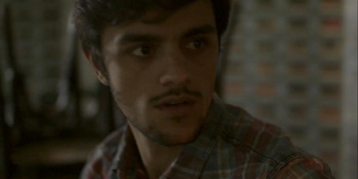 Jonatas (Felipe Simas) é esfaqueado ao tentar salvar Eliza (Marina Ruy Barbosa) em Totalmente Demais (Foto: Reprodução/Globo)