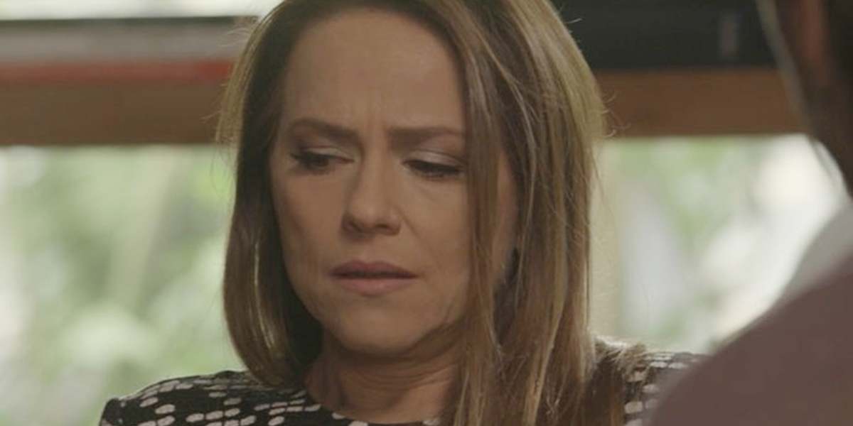 Lili (Vivianne Pasmanter) cairá da escada e desmaiará em Totalmente Demais (Foto: Reprodução/Globo)