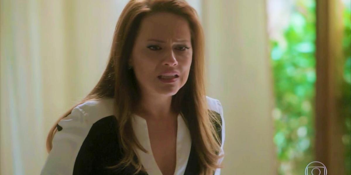 Lili (Vivianne Pasmanter) esconde que está grávida em Totalmente Demais (Foto: Reprodução/Globo)