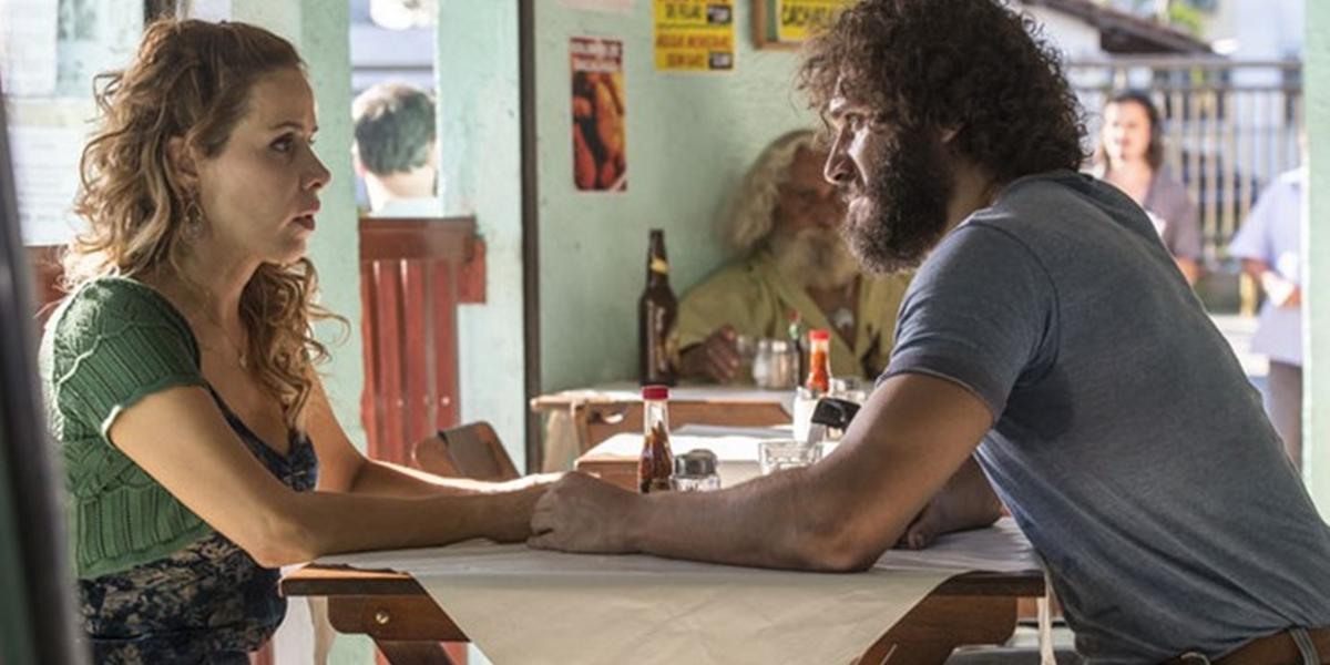Dino (Paulo Rocha) pede dinheiro à Gilda (Leona Cavalli) em Totalmente Demais (Foto: Ellen Soares/Globo)