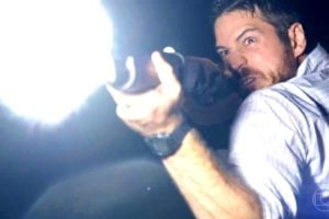 Zeca atira na noite em cena de A Força do Querer