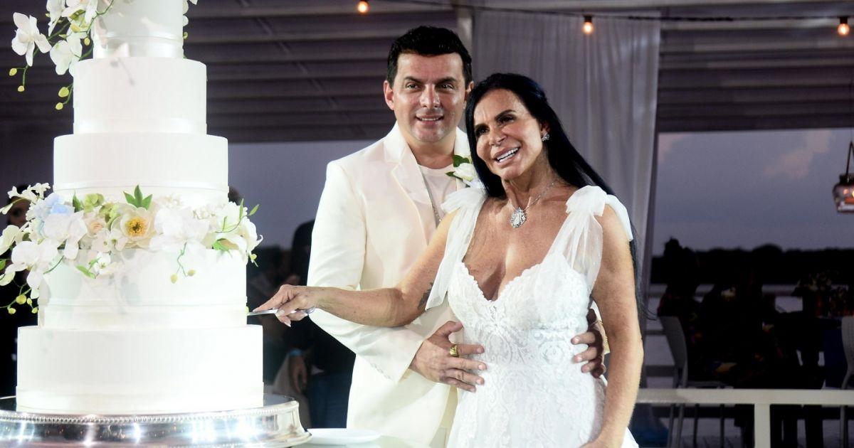 Gretchen e o marido Esdras de Souza, na cerimônia de casamento (Reprodução)