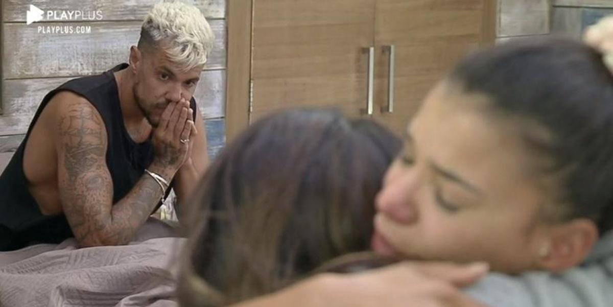 Jakelyne Oliveira consolou Tays Reis após peoa ser colocada na Roça de forma inesperada (Foto: Reprodução)