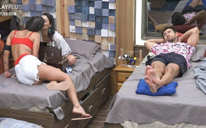 Peoas se beijaram e a reação de Mariano no reality show da Record TV foi impagável (Foto: Reprodução) A Fazenda 12