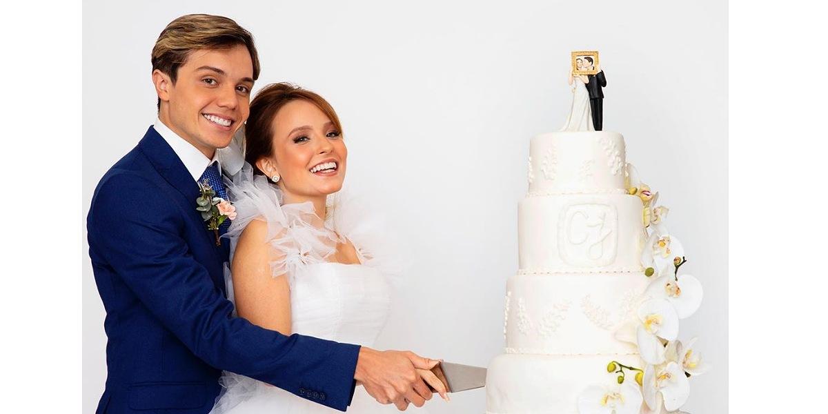Larissa Manoela e Leo Cidade apareceram vestidos de noivos (Foto: Reprodução/Léo Aversa)