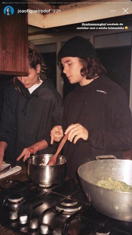 Sasha em momento íntimo com o namorado na cozinha (Foto: Reprodução)
