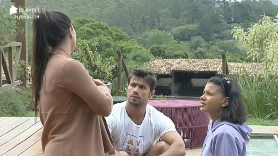 Victória Villarim em conversa com Mariano e Jake em A Fazenda 12 (Foto: Reprodução)