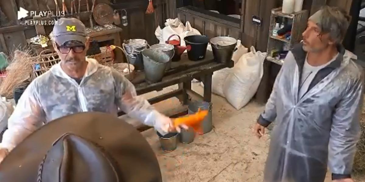 Mateus conversando com Juliano e Jake em A Fazenda 12 (Foto: Reprodução)