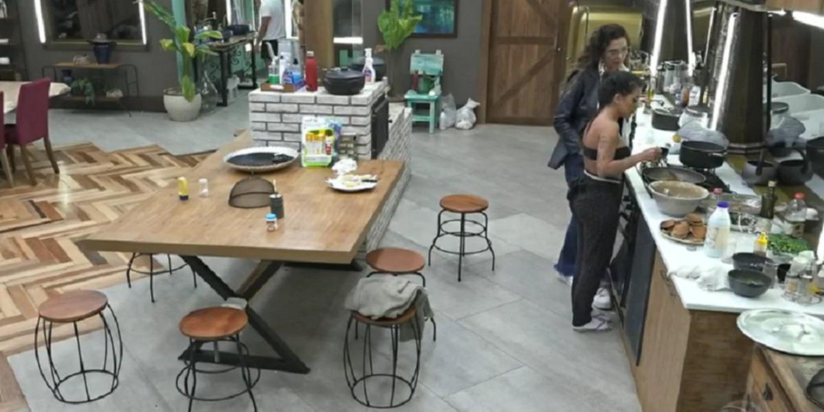 Luiza Ambiel e MC Mirella conversando na cozinha (Foto: Reprodução)