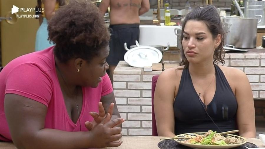 Jojo Todynho conversando com Raissa Barbosa (Foto: Reprodução)