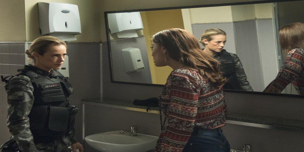 Bibi ataca Jeiza em banheiro na trama de A Força do Querer
