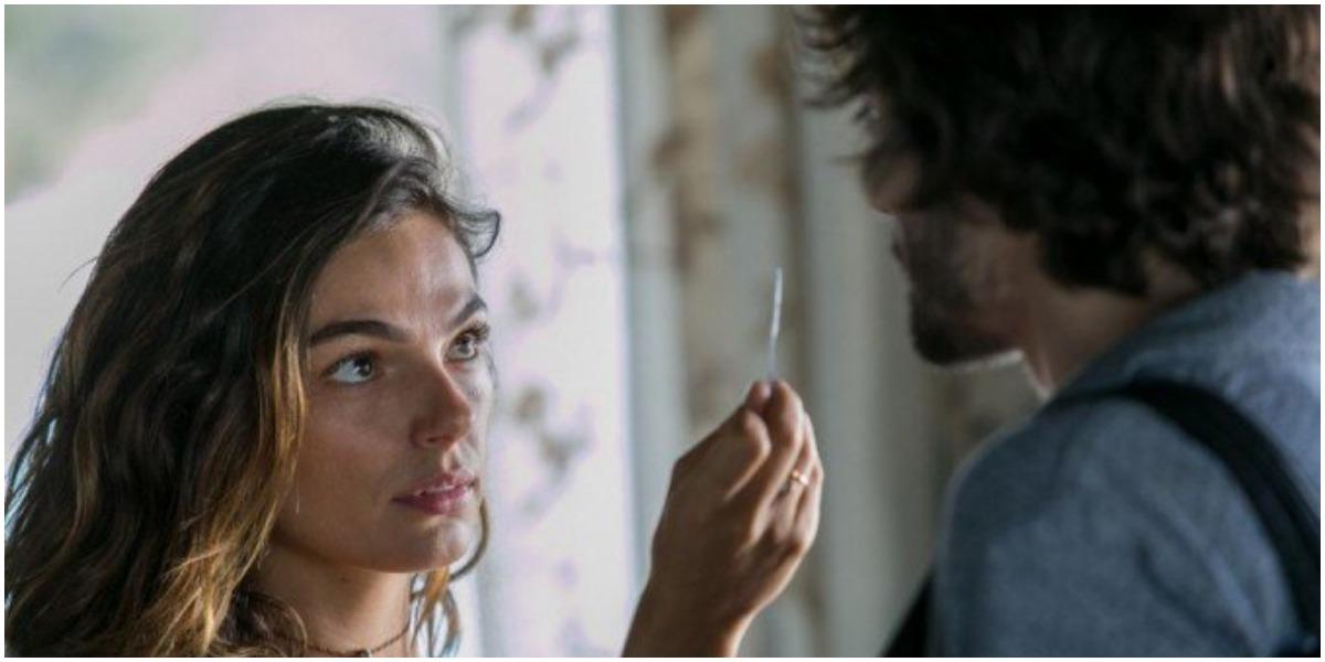 Ritinha mostra teste de gravidez a Ruy em A Força do Querer - Foto: Reprodução